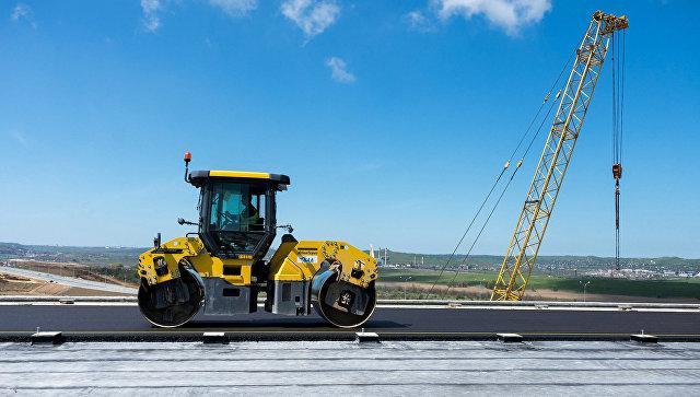 Рабочие на строительстве автомобильных подходов к мосту через Керченский пролив и автомобильной дороги федерального значения Таврида