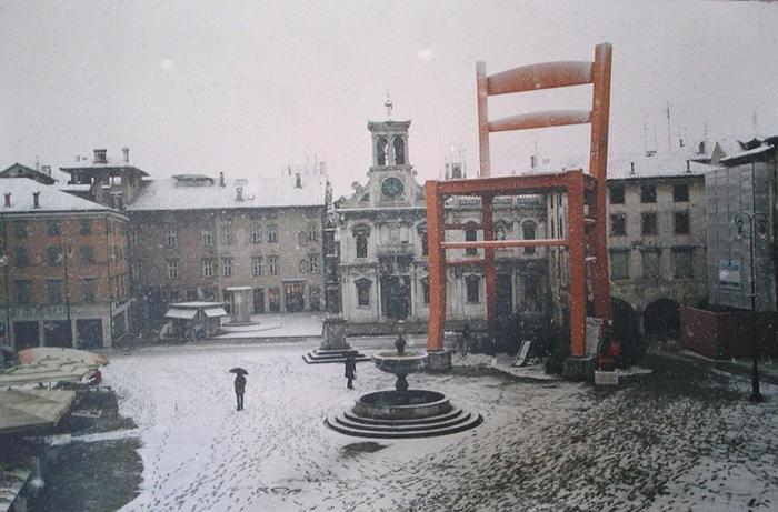 Один из самых больших стульев в мире, находится в городе Манцано, Италия без фотошопа, природа, удивительные фото, человек