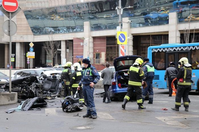 Audi, которой управлял Бил, вылетел на встречную и столкнулся с четырьмя другими машинами.