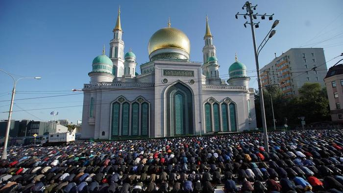 Мусульмане во время намаза в день праздника Курбан-байрам у Соборной мечети в Москве