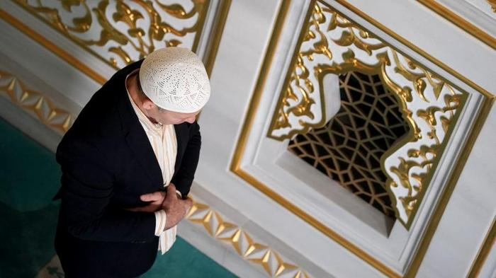 верующий в мечети