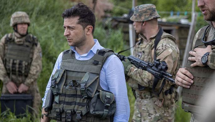 Президент Украины Владимир Зеленский во время посещения позиций украинской армии в Луганской...