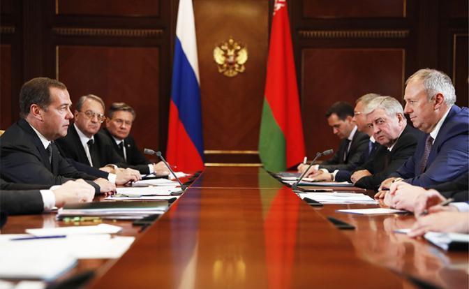 На фото: премьер-министр РФ Дмитрий Медведев (слева) и премьер-министр Белоруссии Сергей Румас (справа)