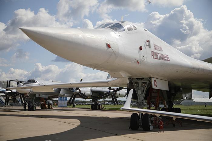 Ту-160 является самым крупным и самым мощным в историивоенной авиациисверхзвуковым самолётом и самолётом с изменяемой стреловидностью крыла, а также самым тяжёлым боевым самолётом в мире