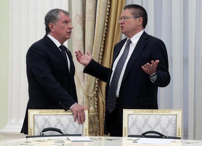 Председатель правления «Роснефти» Игорь Сечин и министр экономического развития Алексей Улюкаев в Кремле перед началом переговоров (650x473, 46Kb)