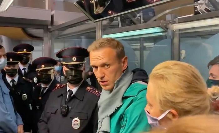 """""""Навальный дважды сел за день: сперва на землю, потом в УВД"""" - комментарии людей в соцсетях"""