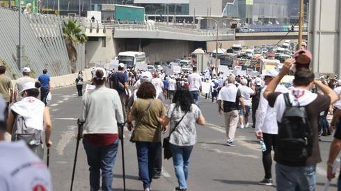 ארגון נכי צה ל בהפגנת מחאה נגד הטיפול בנכי צה ל חוסמים את הכביש בנתיבי איילון