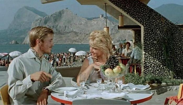 """Обед с видом на море. Кадр из фильма """"Три плюс два""""."""