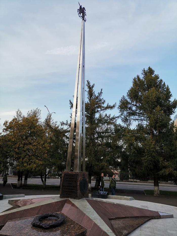 Недалеко от Ленина скромный памятник героизму сотрудников МВД.