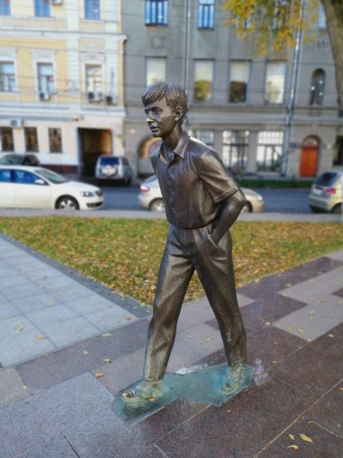 Рядом театр и памятник молодому саратовцу Олегу Табакову. Олегу жители натирают нос.