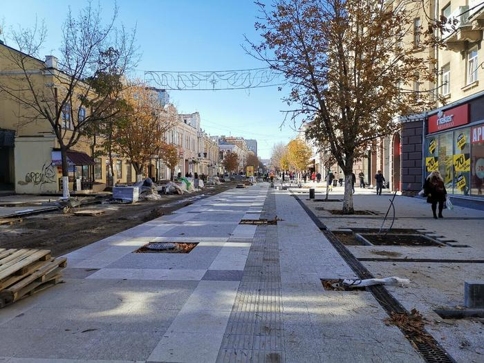На проспекте Кирова (аналог московского Арбата) меняют брусчатку. Привет Москве.
