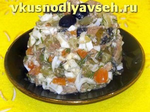 вкусный салат с печенью трески и маслинами