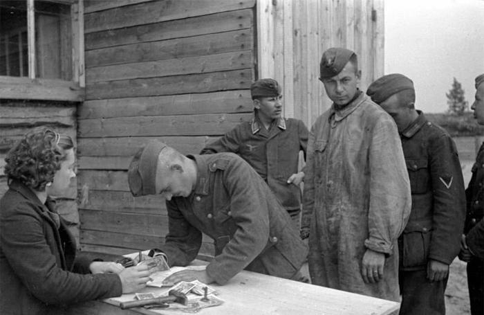 Выдача заработной платы солдатам вермахта в советском лагере для военнопленных