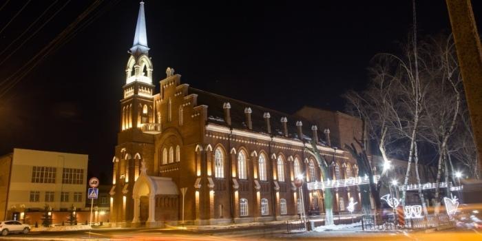 Ночью здание подсвечивается./Фото: mercadahome.ru
