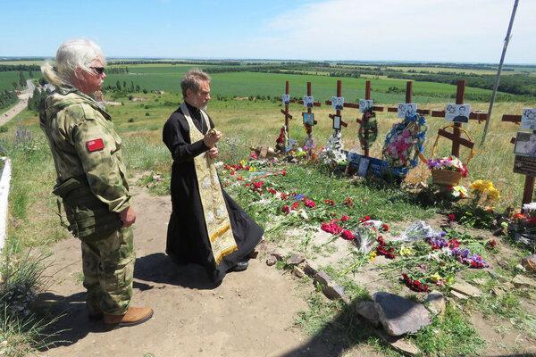 Рассел с отцом Борисом на могиле погибших товарищей