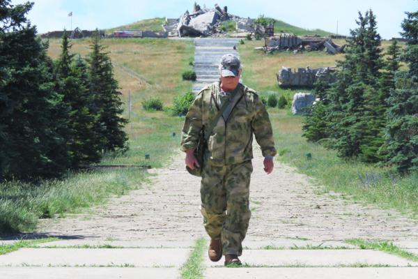 Рассел Бентли на руинах мемориала в память о героях Великой Отечественной войны на Саур-Могиле