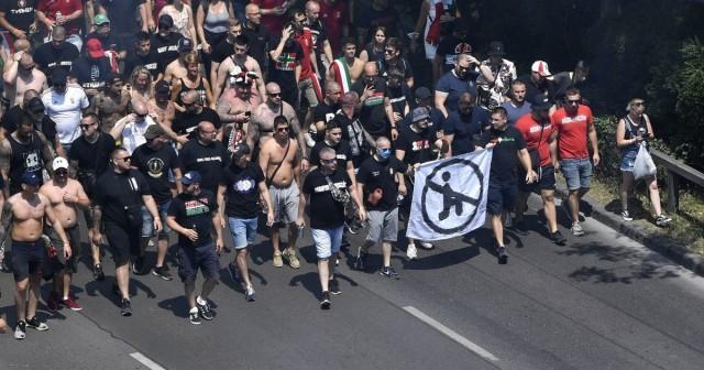 Баннер с перечеркнутым черным человечком на одном колене пронесли фанаты Венгрии перед матчем с Францией