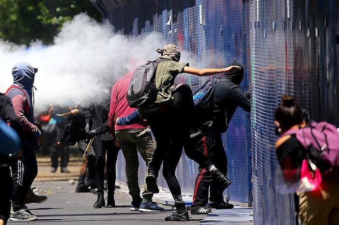 Эти беспорядки – как нос верблюда в палатке Фото: REUTERS
