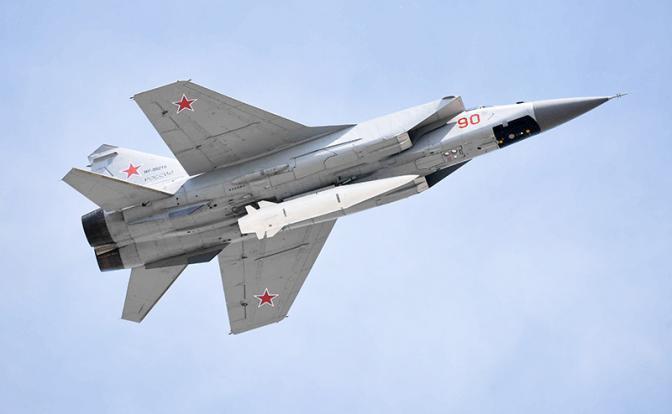 """На фото: сверхзвуковой истребитель-перехватчик МиГ-31К с новейшей гиперзвуковой ракетой """"Кинжал"""""""