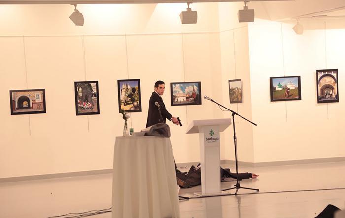 Вооруженный мужчина рядом с телом посла РФ в Турции Андрея Карлова в галерее в Анкаре