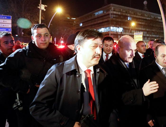 Министр внутренних дел Турции Сулейман Сойлу у галереи в Анкаре, где было совершено нападение на посла России в Турции Андрея Карлова