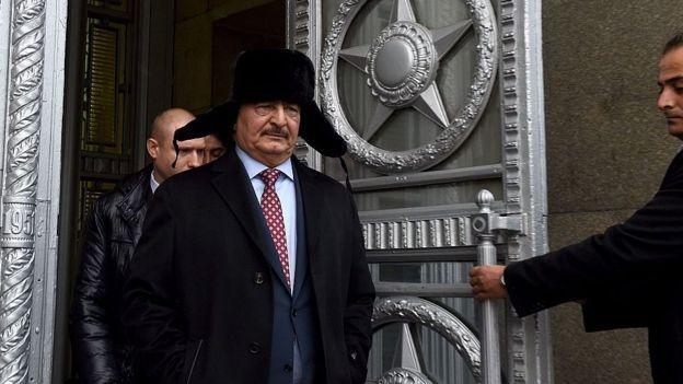 Халифа Хафтар выходит из МИД России после встречи с министром Сергеем Лавровым в ноябре 2016 года