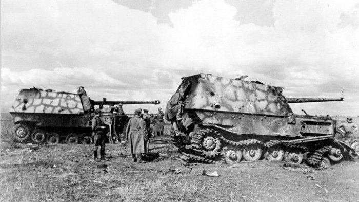 Подбитые советскими военными немецкие САУ на Курской дуге.