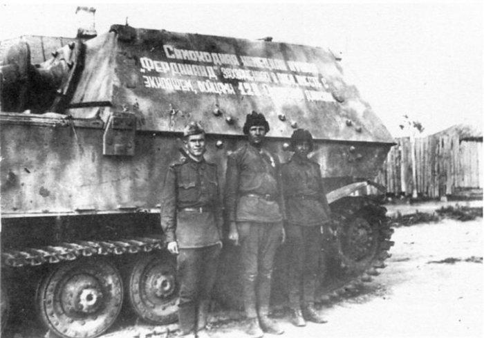 Советские танкисты на фоне трофейного орудия.