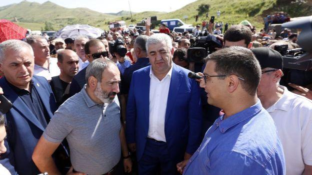 Пашинян на встрече с протестующими против Амулсара