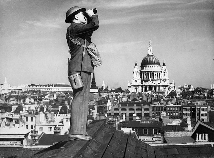 Наблюдатель на крыше в Лондоне. Взято из свободных источников.