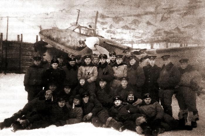 Личный состав 95-го ИАП ВВС СФ на фоне самолёта Пе-3 - Арктические конвои: плечом к плечу  в «холодном углу ада» | Warspot.ru