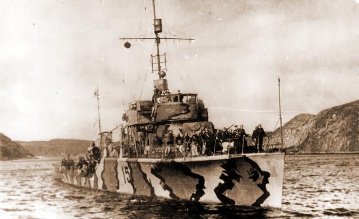 Советский сторожевой корабль «Смерч» следует на выход из бухты https://www.waralbum.ru - Арктические конвои: плечом к плечу  в «холодном углу ада» | Warspot.ru