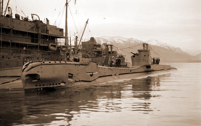 Британская подводная лодка «Тайгрис», запечатлённая на этом фото после возвращения из успешного похода 8 декабря 1941 года, по результатам которого подводники доложили о восьми потопленных немецких судах https://www.iwm.org.uk - Арктические конвои: плечом к плечу  в «холодном углу ада» | Warspot.ru
