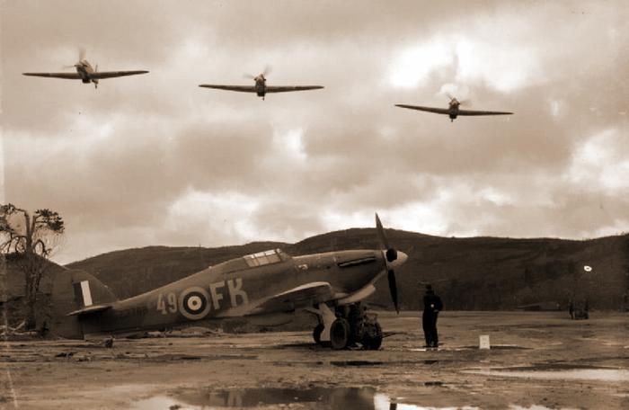 «Харрикейны» 151-го авиакрыла над Ваенгой. В состав соединения входили 81-я и 134-я истребительные эскадрильи. Несмотря на небольшую численность британской группы, для начального этапа войны на этом участке фронта она была внушительной силой — ни немецкие, ни советские ВВС не были многочисленными https://www.iwm.org.uk - Арктические конвои: плечом к плечу  в «холодном углу ада» | Warspot.ru