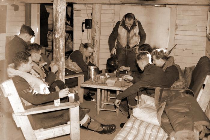 Британские лётчики-истребители отдыхают в своей замлянке на аэродроме Ваенга https://www.iwm.org.uk - Арктические конвои: плечом к плечу  в «холодном углу ада» | Warspot.ru