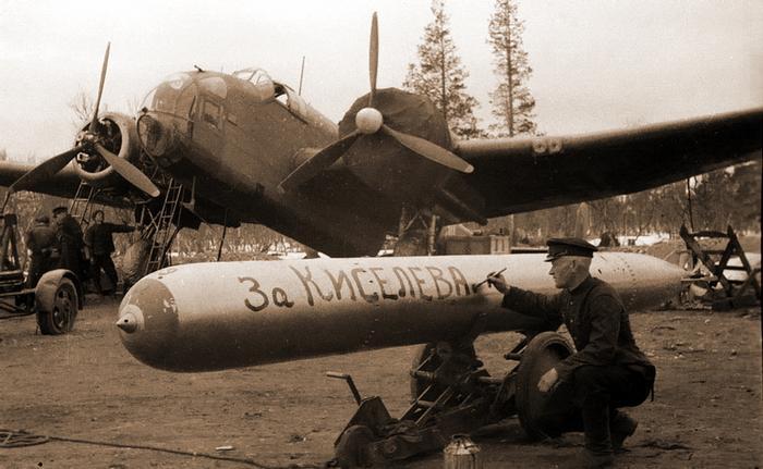 Торпедоносец «Хэмпден» из состава 24-го минно-торпедного авиаполка ВВС СФ. В Советский Союз эти машины прибыли в августе 1941 года (144-я и 455-я эскадрильи Королевских ВВС) для обеспечения проводки конвоя PQ-18, и после завершения операции были переданы советской стороне https://www.waralbum.ru - Арктические конвои: плечом к плечу  в «холодном углу ада» | Warspot.ru