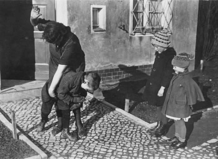 Процесс воспитания прямо на улице. Такое происходило не только в СССР, но и во всём мире, в том числе и в странах Запада. Источник фото research-style.ru