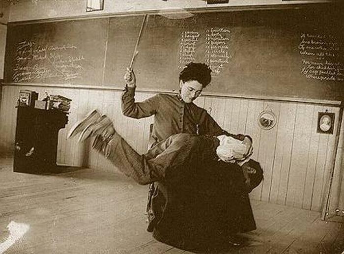 Раньше телесные наказания в школе были распространены во всём мире, сейчас во многих странах отказались от подобной практики. В СССР телесные наказания запретили в 1917 году, но эксцессы иногда случались. Источник фото curioushistorian.com
