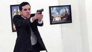 Вооруженный мужчина во время нападения на посла РФ в Турции Андрея Карлова в галерее в Анкаре. Архивное фото