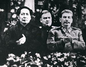 На торжественном заседании по случаю 70-летия Сталина рядом с ним стоял Мао Цзэдун
