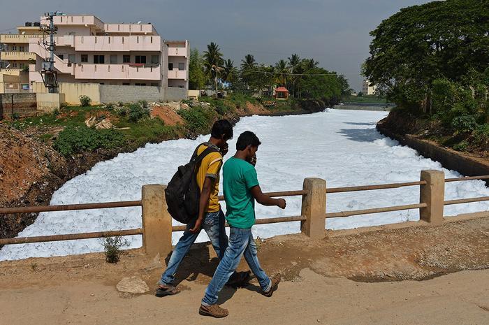Мост через загрязненный канал в восточном Бангалоре, Индия