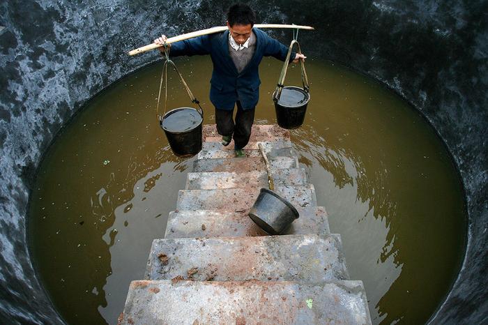 Какой-то сомнительный резервуар с водой на юго-западе Китая в провинции Сычуань