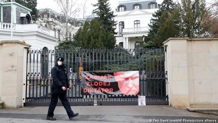 Чешский полицейский у здания посольства России в Праге, апрель 2021 года