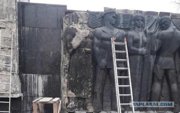 Во Львове демонтируют советский Монумент Славы