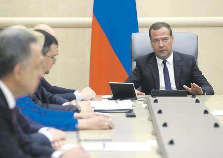 Глава правительства Дмитрий Медведев требует определиться с финансированием президентского указа. Фото Sputnik/Reuters