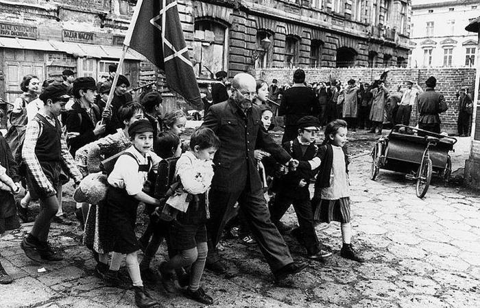 История польского педагога, который добровольно вошел в газовую камеру вслед за детьми