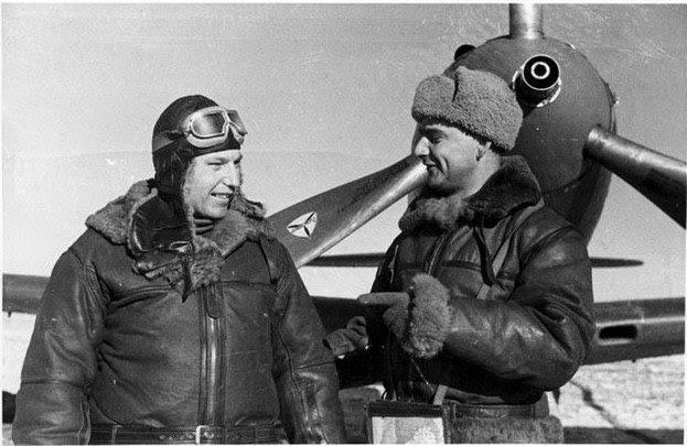 Советский ас Александр Покрышкин на фоне американского Р-39N «Airacobra»