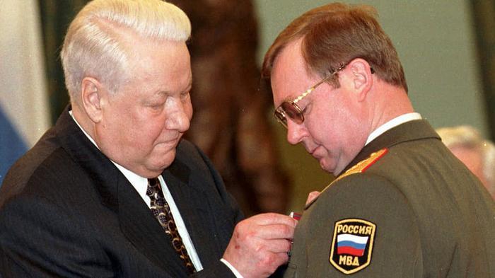 Степашин считает, что Ельцин относился к нему, как к сыну На фото: президент вручает генерал-полковнику Степашину госнаграду