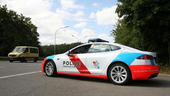 Tesla Model S в ливрее Люксембургской полиции