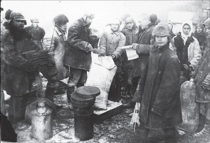 Колхоз. Выдача хлеба на трудодни. Украина, с.Удачное, 1932